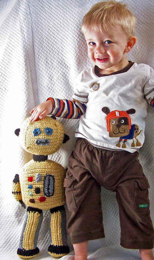 giant-crochet-robot-with-ma