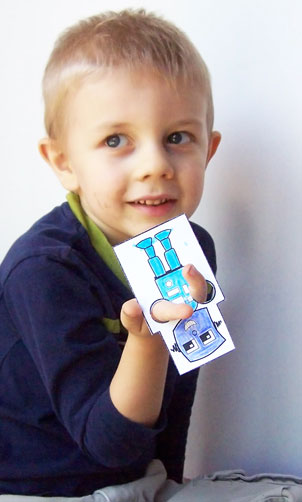 This is a super easy printable craft - Printable robot finger puppets www.createinthechaos.com