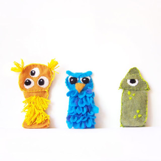 Such an easy sewing project! DIY Monster felt finger puppets - includes a free printable pattern with the tutorial. www.createinthechaos.com
