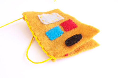 So cool - robot felt finger puppets - with a pattern template www.createinthechaos.com