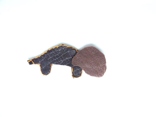 An easy tutorial for dinosaur felt finger puppets with a free pattern www.createinthechaos.com
