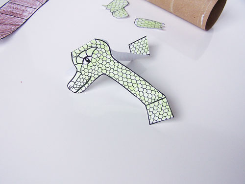 Make this easy kid's craft using a toilet paper roll with this tutorial- toilet roll dragon craft. Includes a free printable to make this dragon with a cardboard tube www.createinthechaos.com